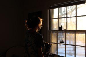 ragazza guardare dalla finestra